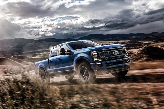 Una Ford Super Duty 2020 andando por un camino montañoso