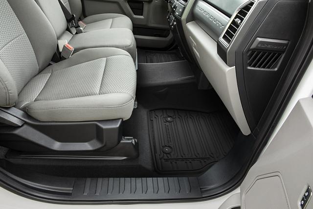 Interior de una Ford Super Duty 2020 con el piso de la cabina en primer plano