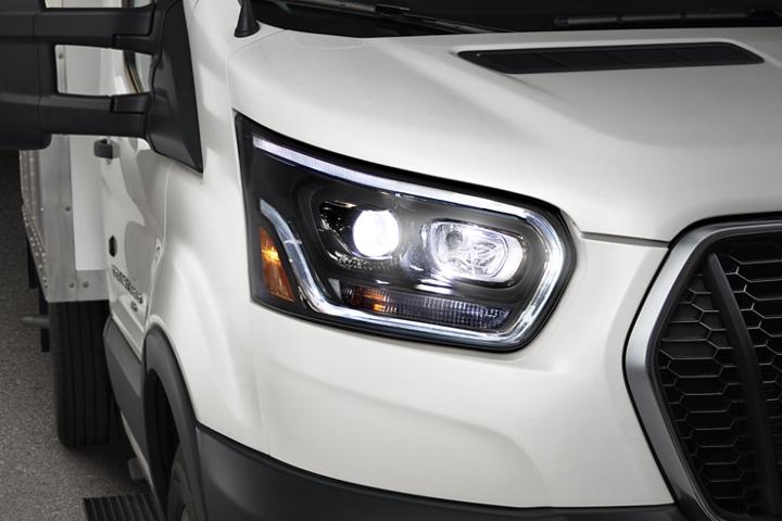 Faros delanteros de una Ford Transit Cutaway 2020