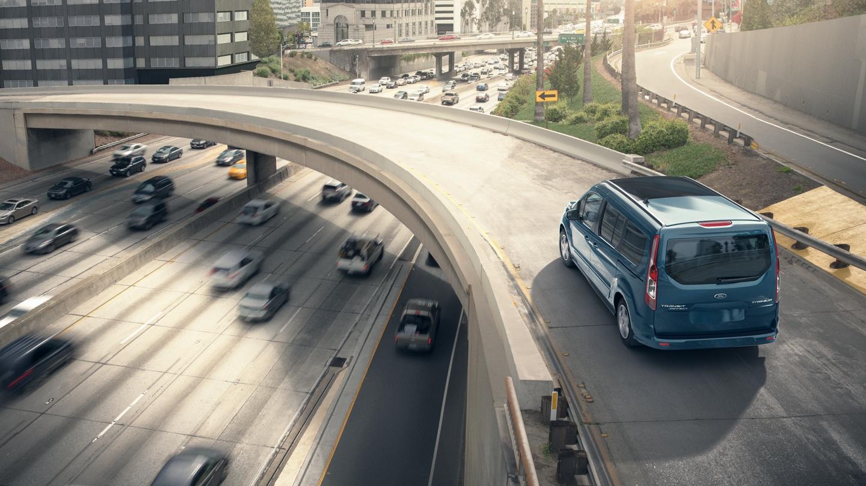 El Wagon para Pasajeros Ford Transit Connect2020 enBlue en la carretera en un hermoso día soleado