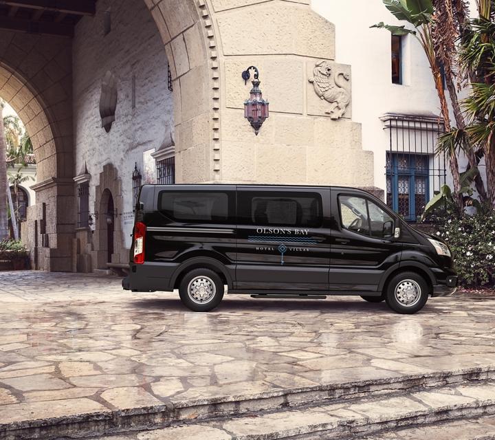 Una van para pasajeros Transit llega a un centro turístico tropical
