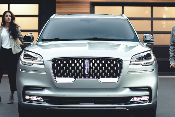 The sparkling grille of the Lincoln Aviator Grand Touring Hybrid is shown