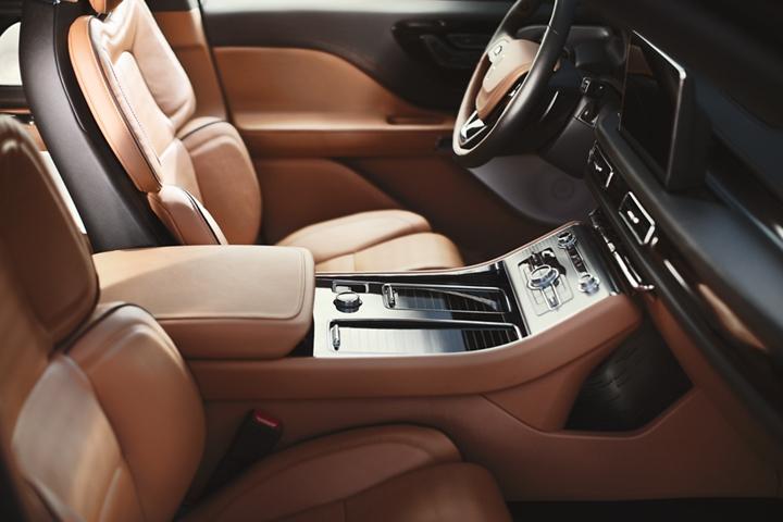 Se muestra la consola frontal destacando el espacio, estilo y controles que están al alcance con facilidad
