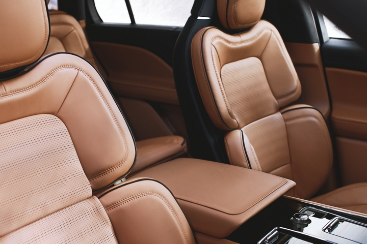 Se muestran los asientos en la posición perfecta de la fila delantera de la Lincoln Aviator Black Label con tema interior Flight