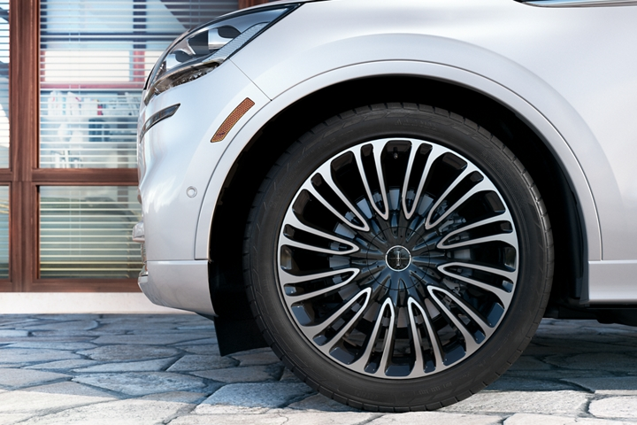 The stylish wheel of a Lincoln Aviator Black Label is shown in profile