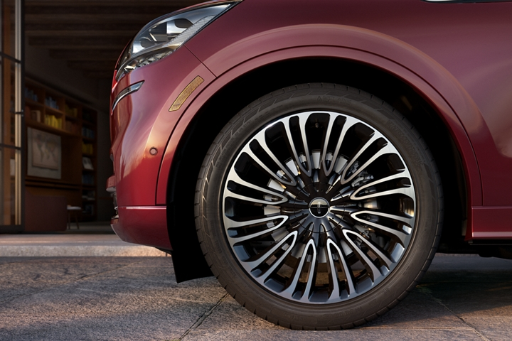 The stylish Lincoln Black Label wheel is shown on a Lincoln Aviator Black Label