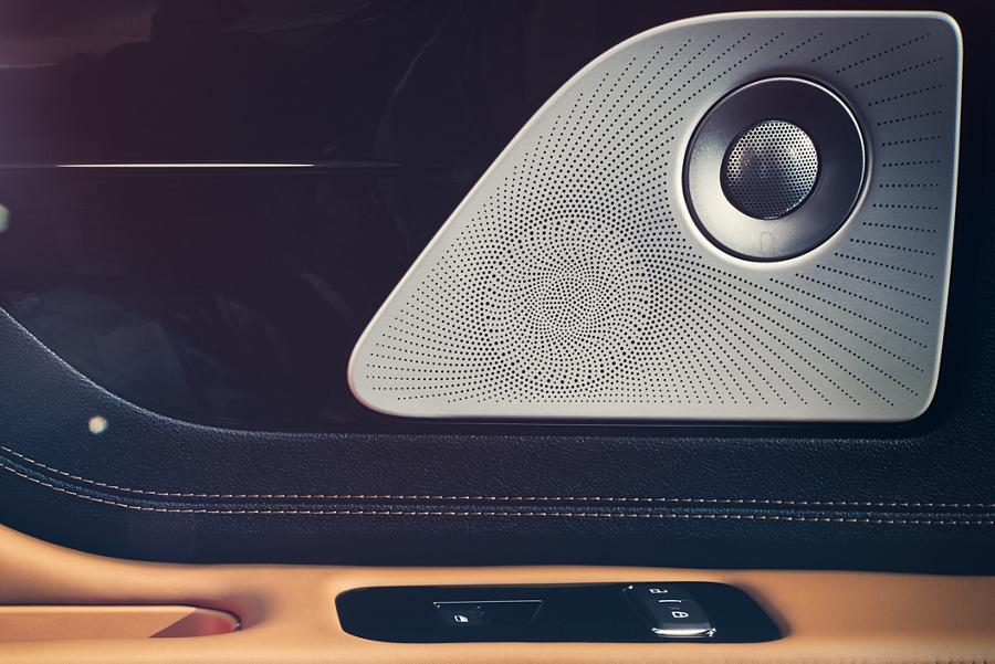 Imagen de la tapa elegante de una bocina en la puerta del acompañante delantero de la Lincoln Aviator Black Label en el tema Flight