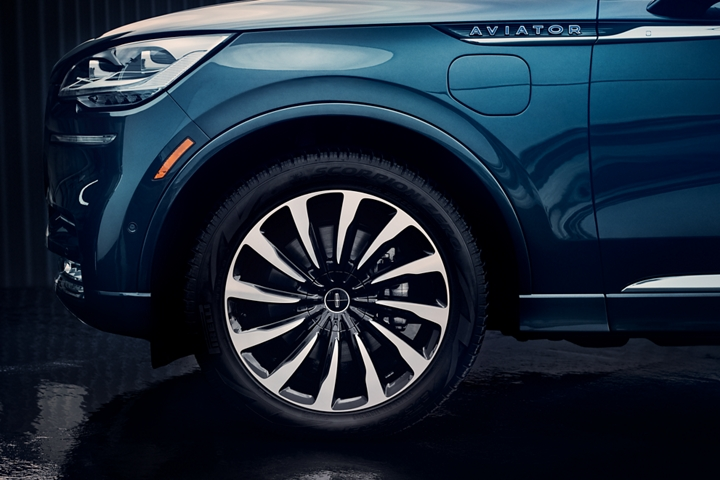 The stylish wheels of a Lincoln Aviator Black Label are shown in profile