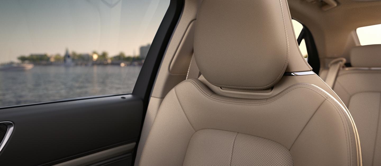 El asiento delantero para pasajeros demuestra la naturaleza acogedora del cuero disponible