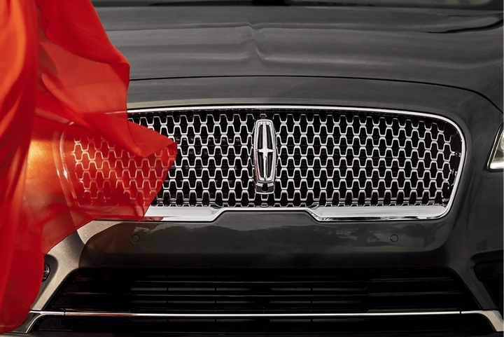 The attractive grille of the Lincoln Continental sets a bold Lincoln logo in the center of a field of repeating logos