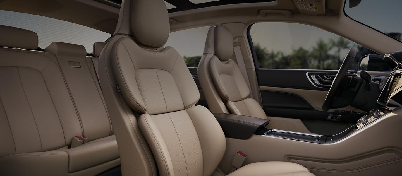 Se ven los asientos en la posición perfecta disponibles con Active Motion® en color Cappuccino.