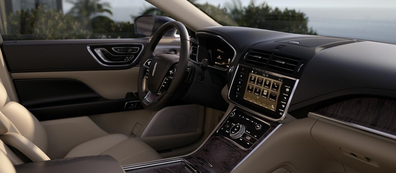Se muestra el interior del Lincoln Continental en cappuccino con incrustaciones en madera y otros toques