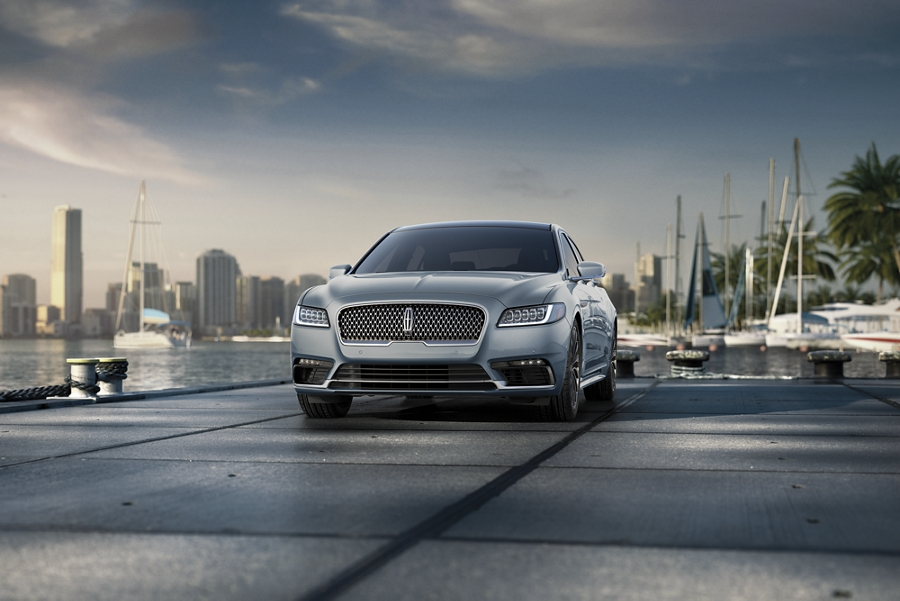 Se muestra un Lincoln Continental con color exterior en azul cristal croma disponible