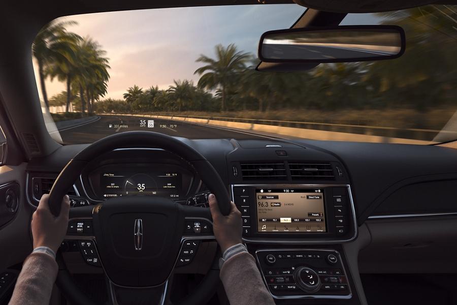 Se muestra la pantalla superior disponible desde la perspectiva del conductor mientras se proyecto sobre el parabrisas