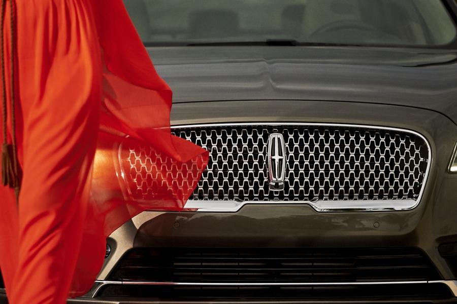 La parrilla atractiva del Lincoln Continental 2020 tiene un logo audaz de Lincoln en el centro de un espacio con logos que se repiten