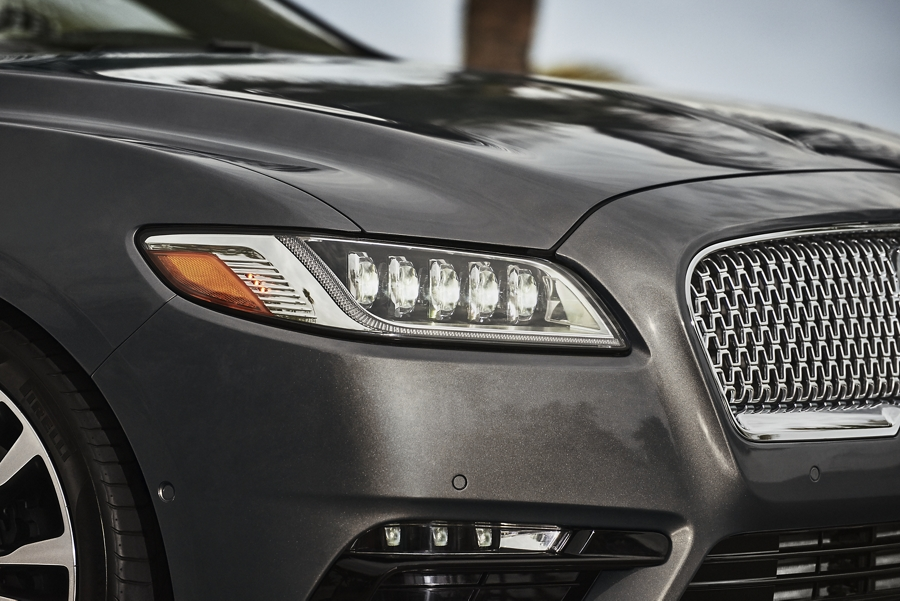 Se muestran los lujosos faros delanteros de descarga de alta intensidad adaptativos encendidos en el Lincoln Continental 2020