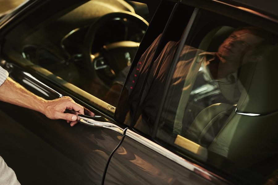 Se muestra la manija de toque ligero de la puerta del conductor integrada en el diseño continuo de líneas del Lincoln Continental 2020