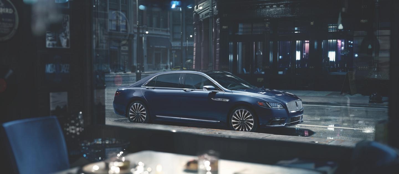 Lincoln Continental Black Label 2020 visto a través de la ventana de un restaurante