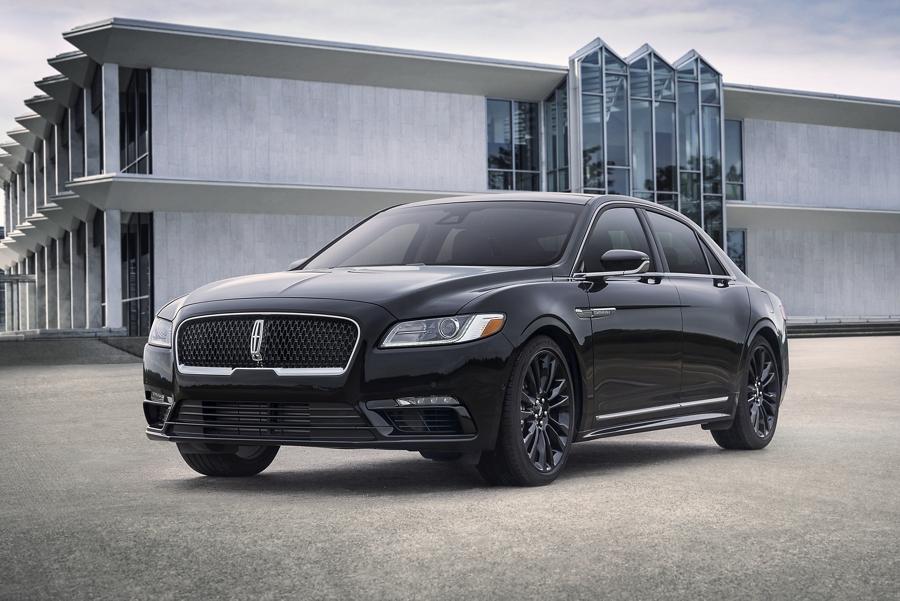 Se muestra un Lincoln Continental 2020 con el paquete monocromático negro infinito que incluye muchos detalles del color de la carrocería
