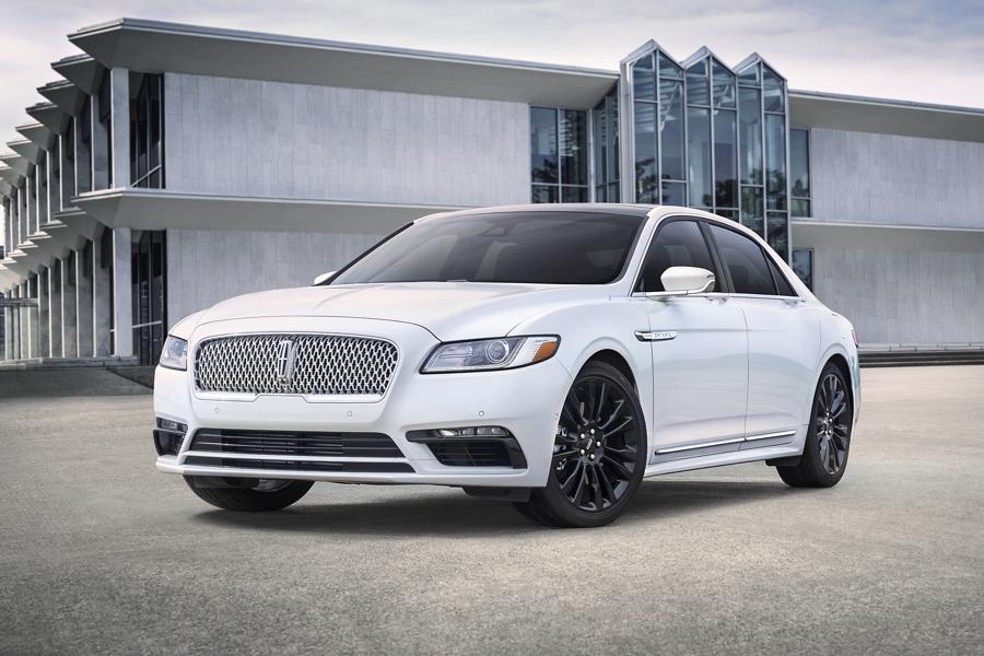 Se muestra un Lincoln Continental 2020 con el paquete monocromático blanco inmaculado que incluye muchos detalles del color de la carrocería