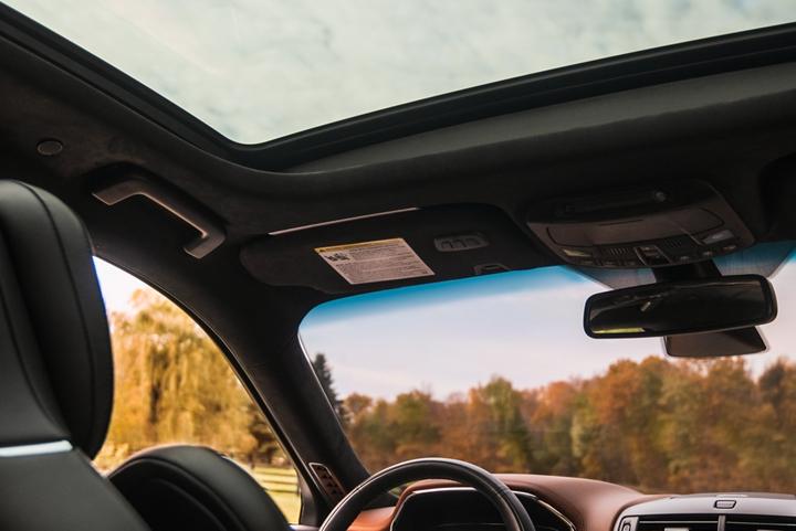 Se muestra el techo corredizo de dos paneles de un Lincoln Continental 2020 desde el asiento trasero