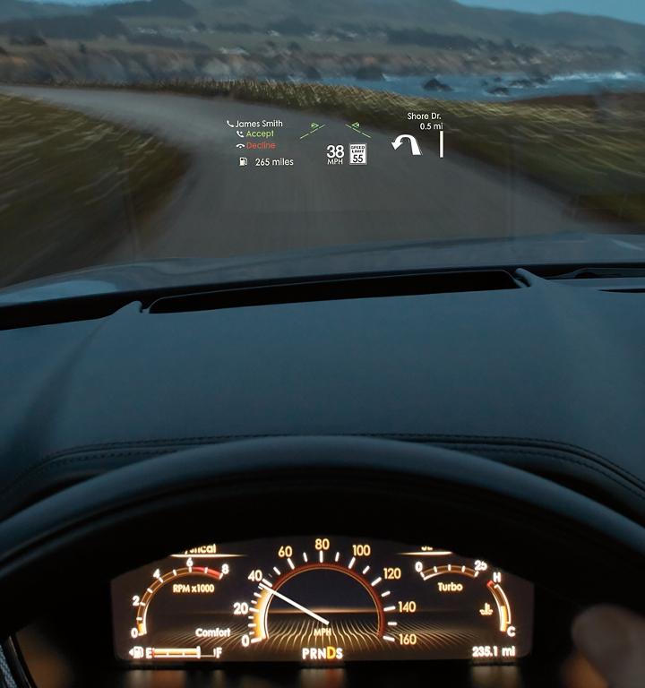Imagen de la pantalla frontal disponible que muestra el límite de velocidad del vehículo y demás información importante en el parabrisas