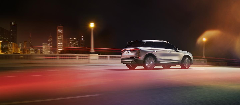 Una Lincoln Corsair 2020 pasando por un entorno urbano de noche con rendimiento sensible.