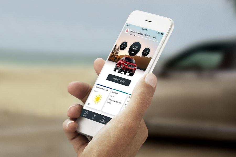 La aplicación Lincoln Way se está ejecutando en el dispositivo móvil que tiene en su mano un propietario de un Lincoln.