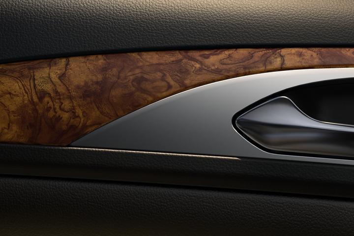 Imagen en primer plano de la madera veteada que está cerca de la puerta delantera del lado del acompañante