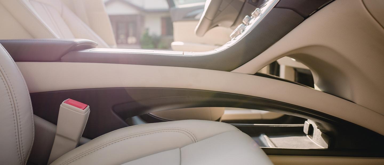 Una imagen iluminada del interior del Lincoln M K Z 2020 muestra la capacidad de carga del área de la consola central