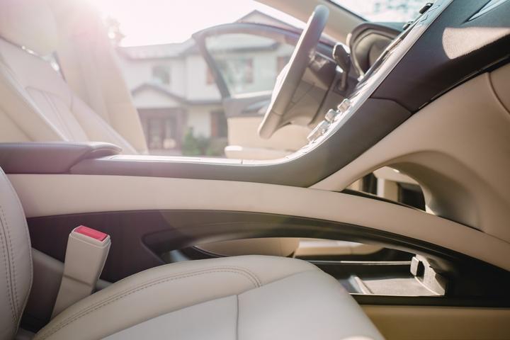 Se muestra un espacio central entre el asiento del conductor y del copiloto para un almacenamiento adicional.