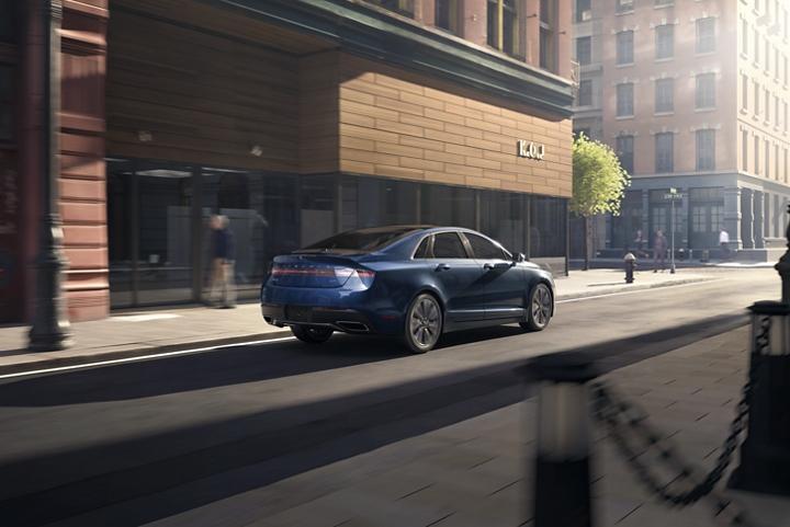 Se muestra el Lincoln M K Z 2020 en la ciudad, su entorno perfecto