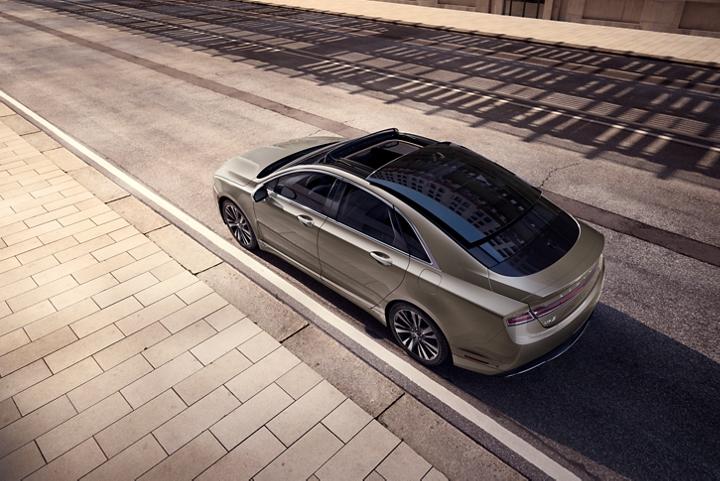Imagen desde arriba del Lincoln M K Z 2020 con techo panorámico de vidrio retráctil disponible
