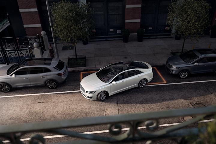 Imagen del Lincoln M K Z 2020 estacionando en paralelo en la ciudad