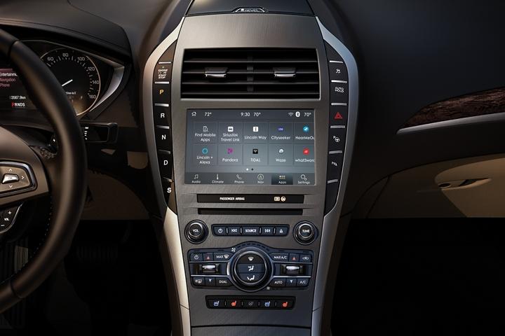 Se muestra la consola central en un Lincoln M K Z 2020 en el medio del tablero con los controles al alcance