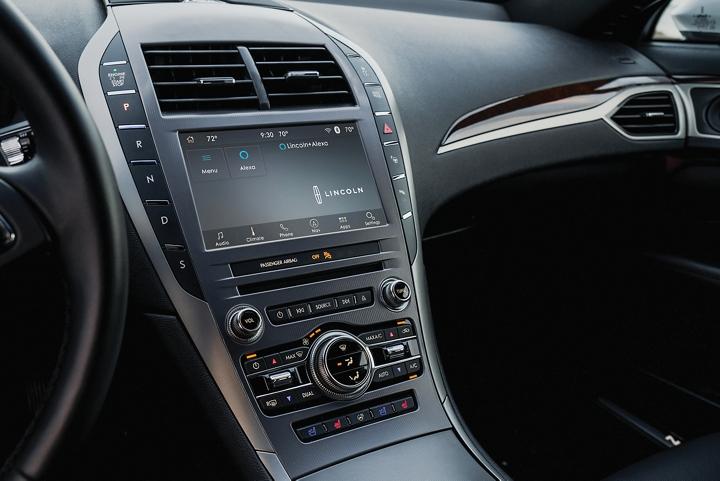 Se muestra la pantalla táctil central de un Lincoln M K Z 2020