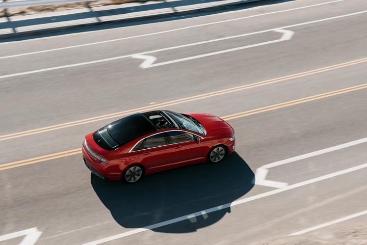 Imagen del Lincoln M K Z  2020 cuyo color exterior es alfombra roja metalizado circulando por una carretera