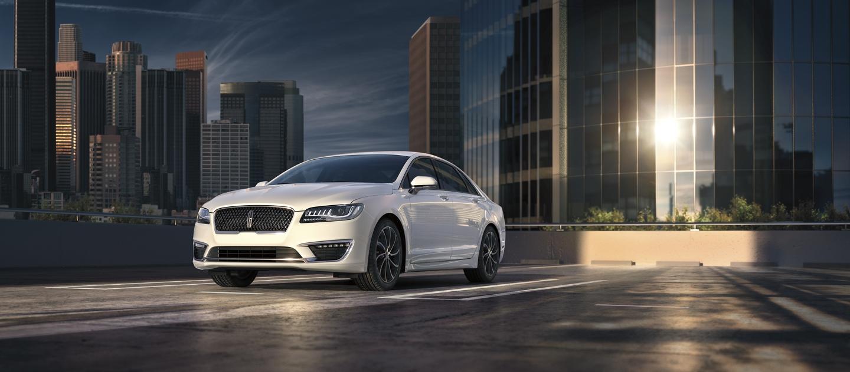 Imagen del Lincoln M K Z 2020 en color exterior platino blanco metalizado tricapa estacionado en la terraza de un estacionamiento.