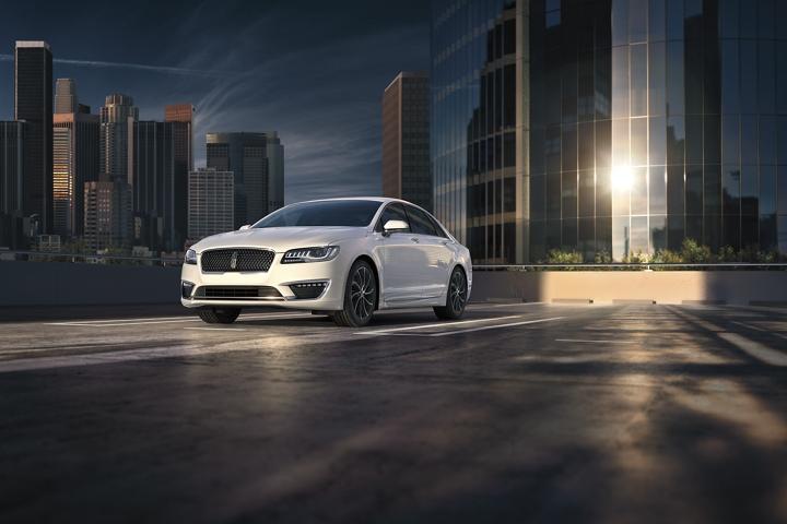 Imagen del Lincoln M K Z 2020 estacionado en un entorno urbano