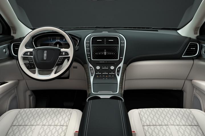 Se muestra una vista interior del compartimento delantero de una Lincoln Black Label Nautilus con el tema Chalet