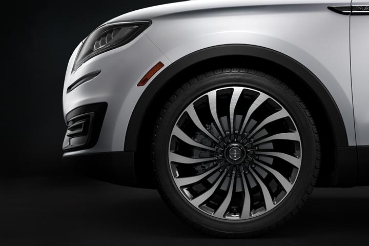 Se muestran las ruedas de Lincoln Black Label tipo ciclón de una Nautilus con el tema Chalet