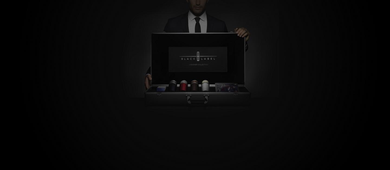 Se muestra un representante de Lincoln sosteniendo un maletín de materiales que se usa para Lincoln Black Label en consultas a domicilio