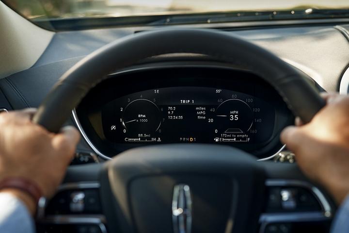 Se muestra la pantalla L C D de doce punto tres pulgadas del grupo de instrumentos, en el tablero detrás del volante