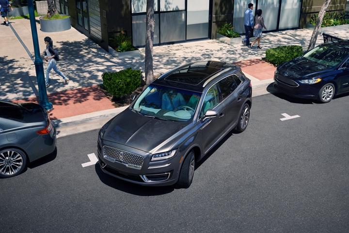 Imagen de la Lincoln Nautilus 2020 estacionando en paralelo gracias a active park assist mejorado disponible