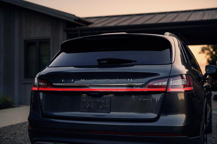 La parte trasera de la Lincoln Nautilus 2020 exhibe con orgullo el nombre Lincoln