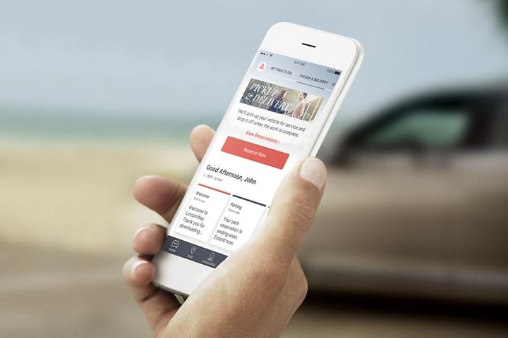Una mano sostiene un smartphone con la aplicación Lincoln Way en la pantalla.