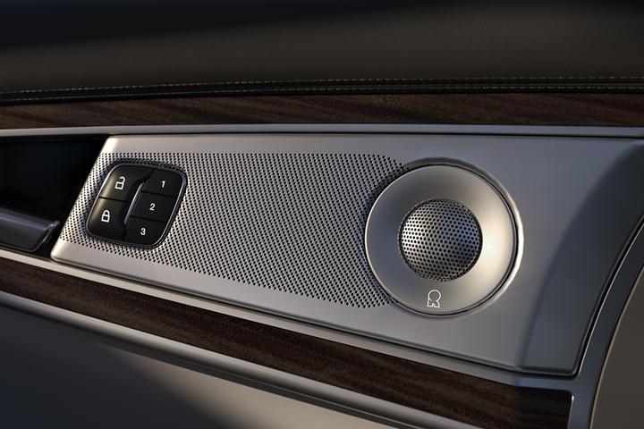 Imagen en primer plano de una de las bocinas del sistema de sonido, incorporadas en la puerta del lado del conductor