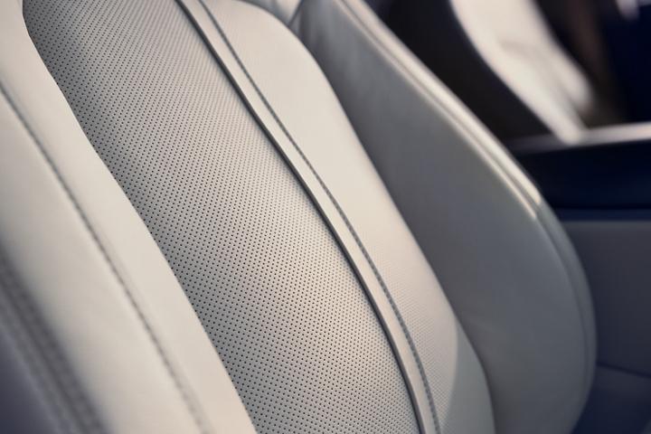 La imagen en primer plano muestra los lujosos detalles de los asientos delanteros de cuero disponibles de la Lincoln Nautilus 2020