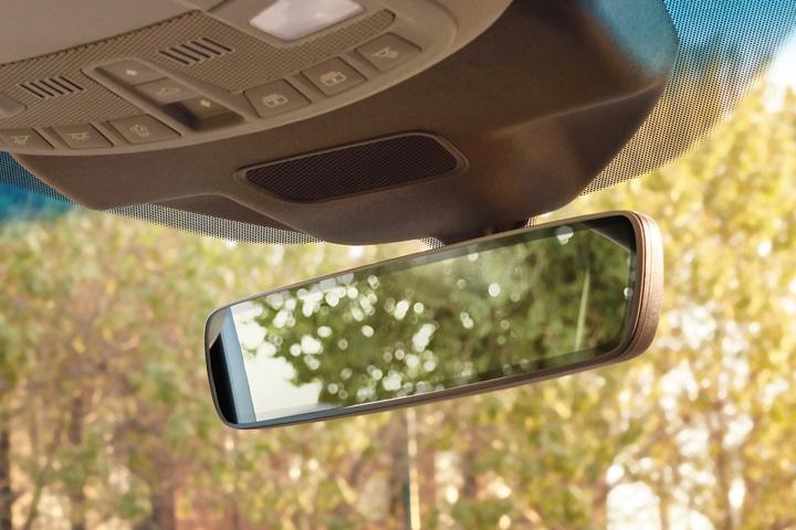 Imagen del espejo retrovisor sin marco con líneas que provocan menos distracción