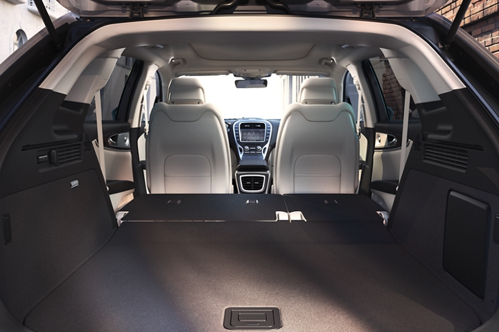 Imagen de la Lincoln Nautilus 2020 vista desde la parte trasera del vehículo con la segunda fila plegada
